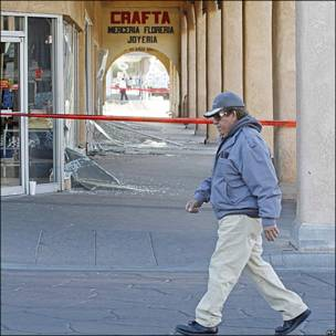 Un hombre camina por una calle que tiene una banda que dice: No pase