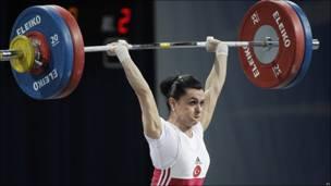 Nurcan Taylan en el campeonato de levantamiento de peso