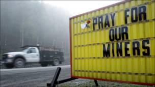 Letrero fuera de la entrada de una mina en Virginia Occidental