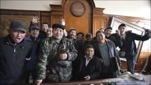 Демонстранты фотографируются в кабинете Бакиева