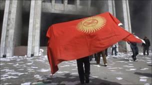 Демонстрант у здания правительства