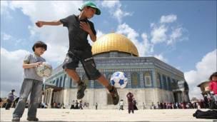Niños jugando fútbol en Jerusalén