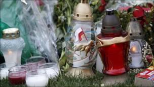 Velas y objetos en honor de Lech Kaczynski