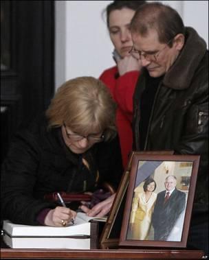Una mujer firma en Varsovia un libro de condolencias por la muerte de Lech Kaczynski