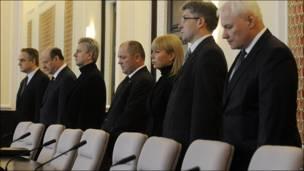 Miembros del gabinete del primer ministro, Donald Tusk, durante un minuto de silencio