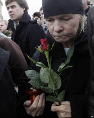 Una mujer con flores en el duelo por la muerte de Lech Kaczynski