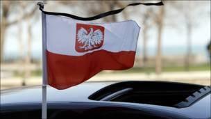 Una bandera ondea con un crespón negro sobre un automóvil del Consulado General de Polonia en Chicago, Estados Unidos