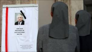 Dos monjas frente a un retrato del fallecido Lech Kaczynski