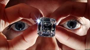 Anillo con un raro diamante blanco de 52.82 quilates, que forma parte de la colección que saldrá a subasta en mayo en la casa Sotheby's de Ginebra.