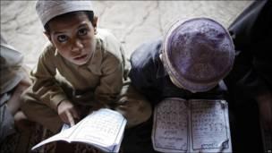 Refugiados afganos leen el Corán en Pakistán