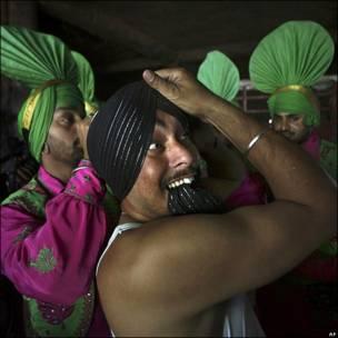 Bailarines se visten para celebrar el año nuevo Sikh en Punjab
