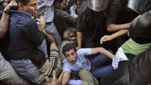 La policía carga contra unos manifestantes en El Cairo (Egipto)