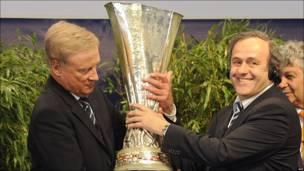 El alcalde de Hamburgo, Ole von Beust, recibe la Copa Europa League de manos de Michel Platini, presidente de la UEFA
