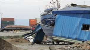 Barcos estacionados junto a la costanera de la ciudad puerto.