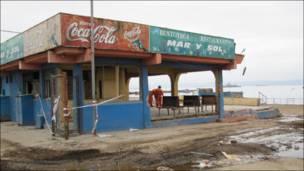 Un restaurante en la costa destrozado