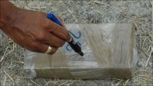 Etiquetando un paquete de marihuana