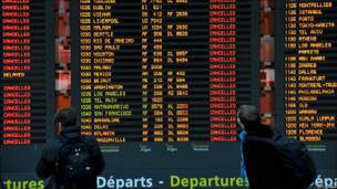 Pantalla de información con vuelos cancelados