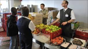 Trabajadores del aeropuerto reparten comida