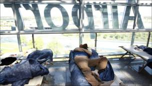 Un pasajero durmiendo en una cama improvisada