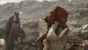 Niñas en un basurero de India