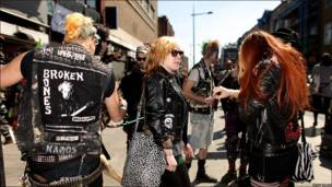 Un grupo de punks aguarda por el cotejo fúnebre de Malcolm McLaren