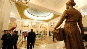 """Вестибюль гостиницы """"Украина"""""""