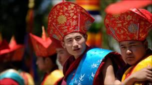 Jóvenes bailarines de Bután