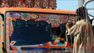Decorando un camión en Karachi