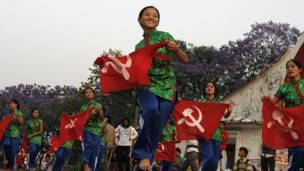 Jóvenes nepalís participan en un desfile.