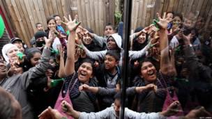 Niños intentan coger globos en Londres