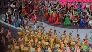 Bailarines en la inauguración de la feria de Shanghái.