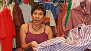 Alexandra, en un puesto de ropa para caballeros