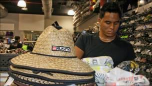 Antonio en una tienda del Sambil, Caracas