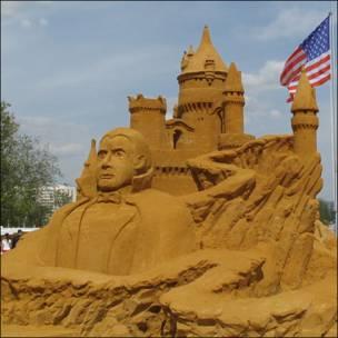 Скульптура из песка, изображающая замок графа Дракулы