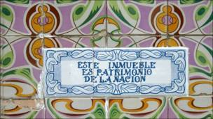 Detalle de azulejo modernista