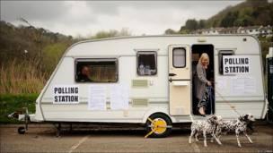 Una mujer sale de votar en una caravana.