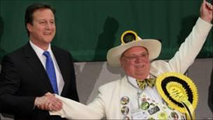 Лидер тори Дэвид Камерон держал победу в английском Уитни