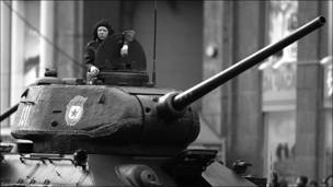 Танкт Т-34 на Тверской улице во время подготовке к параду на Красной площади. Фотография Павел Гонтарь (pitbul25)