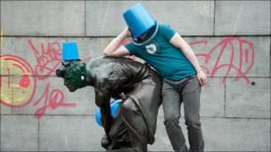 """Участник пешего марша """"синих ведерок"""" с ведром на голове. Фотография TaEk"""