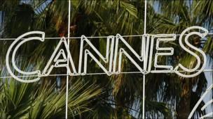 Logotipo de Cannes con palmeras en el fondo