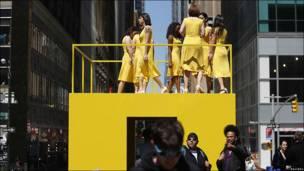 """Actrices del proyecto """"Walk the Walk"""" marchan sobre plataforma"""