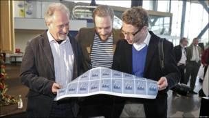 Diseñadores sostienen sellos para celebrar la boda de la heredera de la corona de Suecia