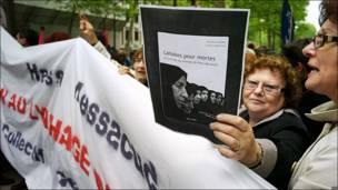 """Mujer sostiene pancarta con la consigna """"Dejadas por Muertas"""""""