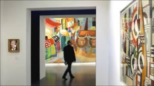 """Un visitante del Centro Pompidou-Metz camina a lado de la pintura """"Portugal"""" (1937) de la artista Sonia Delaunay"""