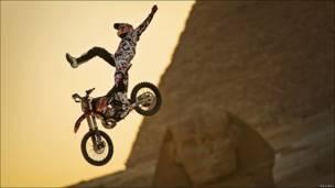 Piloto de motocross frente a Giza.