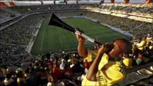 Aficionados de fútbol en el Estadio de Mbombela en Neslpruit, Sudáfrica