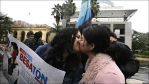 Pareja de lesbianas besándose frente al Congreso de Paraguay