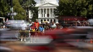 Paso por Sacramento del pelotón ciclista en el Tour de California