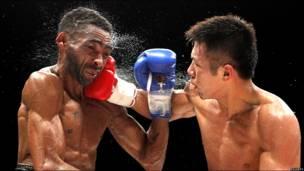 El boxeador japonés Takashi Uchiyama asesta un golpe al venezolano Ángel Granados