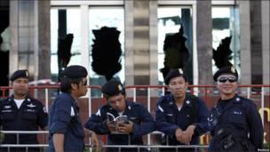 Полицейские у здания биржи в Бангкоке